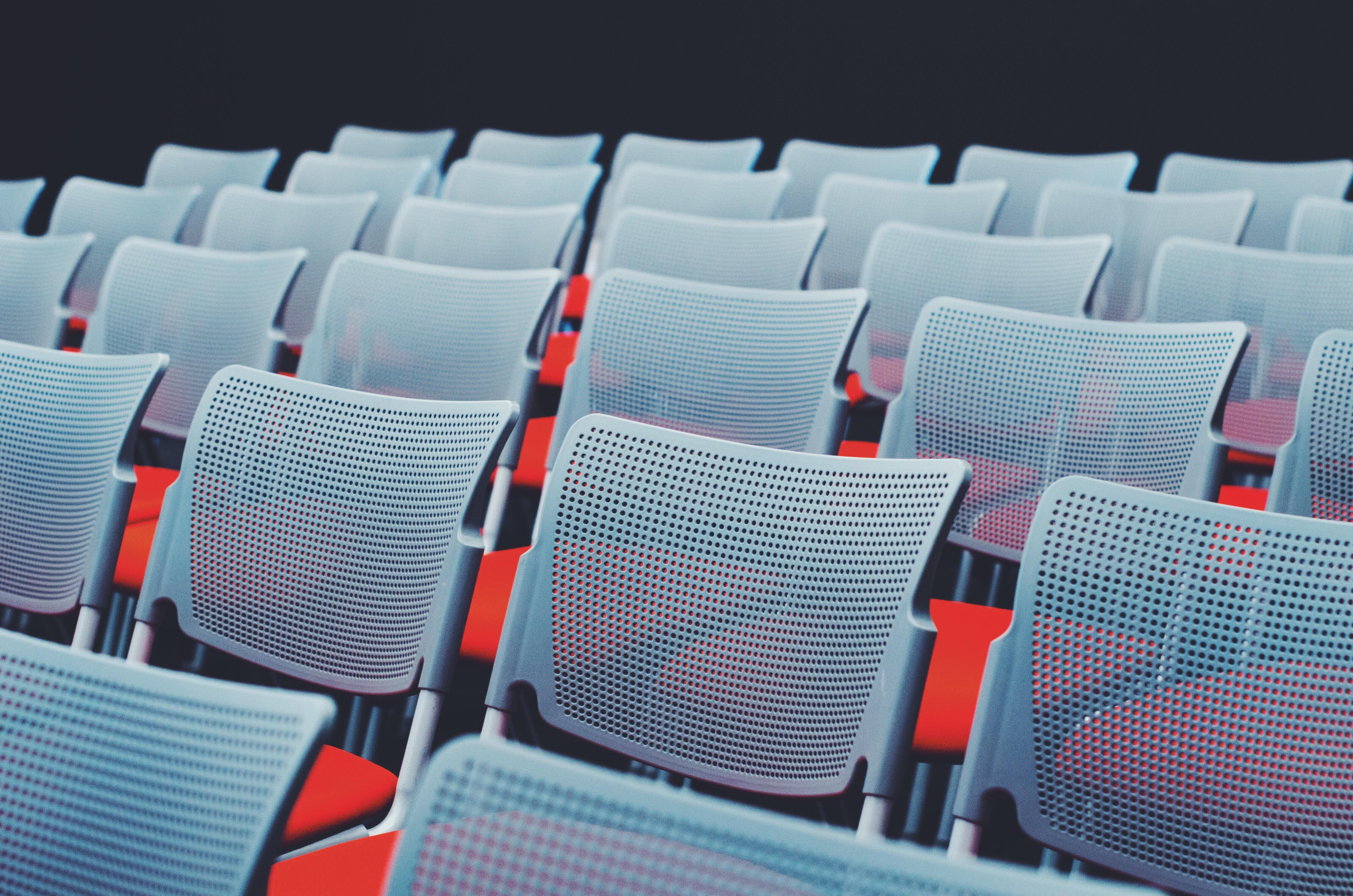 chaises vides rouge et acier
